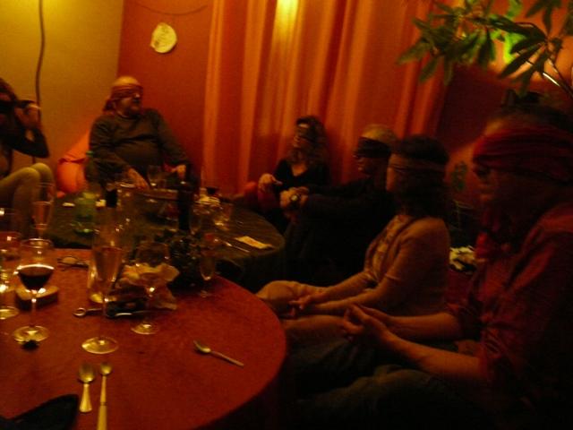 Les invités attendent le dessert... en aveugles !